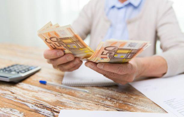 """""""Kenelläkään ei jää ylimääräistä rahaa"""", toteaa sijoittaja Mikko Sjögren ja neuvoo, että raha kannattaa laittaa sivuun heti kun palkka tai muu tulo napsahtaa tilille."""