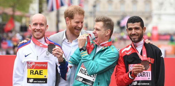 Prinssi Harry oli iloisella mielellä Michael Rogerrin (vasemmalla), Derek Raen j a  Abdelhadi El Hartin kanssa.