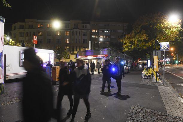"""Helsingin Sörnäisten Vaasanpuistikko eli """"Piritori"""" iltavalaistuksessa."""