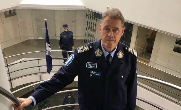 Poliisiylijohtaja Seppo Kolehmainen sanoo, että poliisin pitäisi päästä käsiksi tietoihin, joista olisi hyötyä uhka-arvioita tehtäessä. Sisäministerille on toimitettu jo muistio, johon on koottu tilanteita, joissa poliisi ei ole saanut sosiaali- ja terveysministeriön hallinnonalalta haluamiaan tietoja.