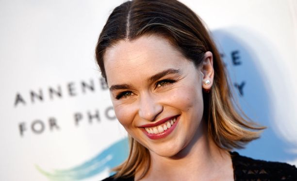 NÀyttelijÀ Emilia Clarke esittÀÀ Daenerys TargaryeniÀ televisiosarja Game of Thronesissa.