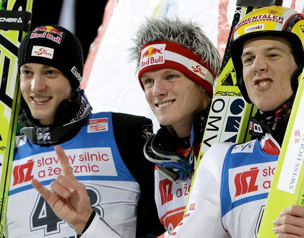 KÄRKIKOLMIKKO Sveistin Andreas Küttel (vas.) sijoittui kolmanneksi Itävallan Thomas Morgensternin ja Gregor Schlierenzauerin (oik.) jälkeen.