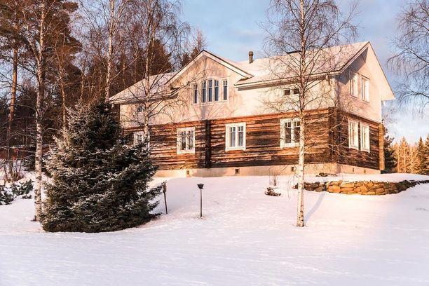 Arkkitehti Veli Karjalaisen suunnittelema hirsitalo on verhoilussa on käytetty sekä hirttä että lautaa.