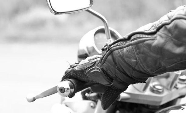 Moottoripyöräkortin pakolliset teoriatunnit maksavat normaalisti noin 200 euroa.