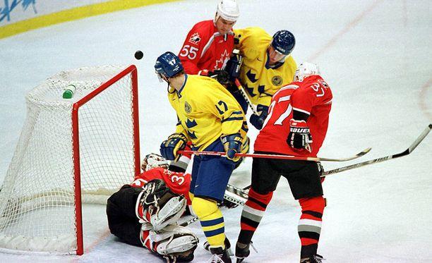 Tomas Sandström kuului Ruotsin maajoukkueen vakiokalustoon. Tässä mies vääntää Naganon olympialaisissa Kanadan maalilla.