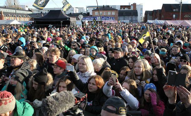 Oulun torilla riitti väkeä.