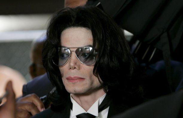 Michael Jackson ikuistettuna Santa Barbarassa toisen hyväksikäyttöoikeudenkäynnin aikaan vuonna 2005.
