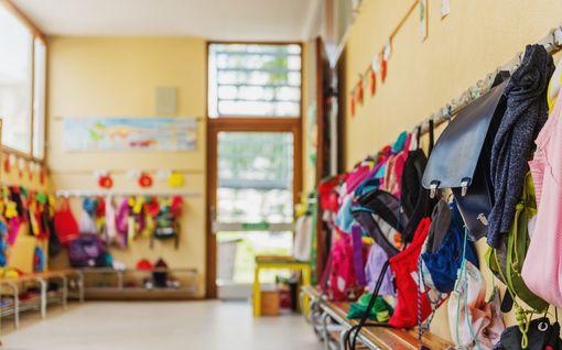 Vuoden lastenhoitaja kertoo, mitä tapahtuu kun vanhemmat tuovat lapset päiväkotiin – osa lapsista on saanut päättää kaikesta
