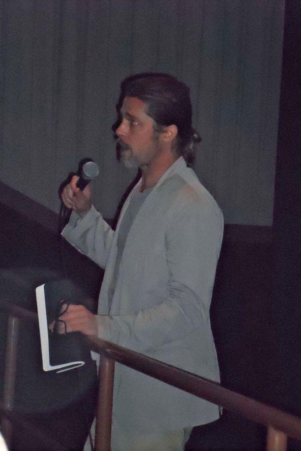 Brad Pitt puhumassa yleisölle perjantaina.