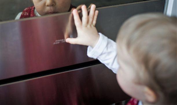 Juuri kaksi vuotta täyttänyt lapsi sai paistinöljyä päälleen. Kuva ei liity tapaukseen.
