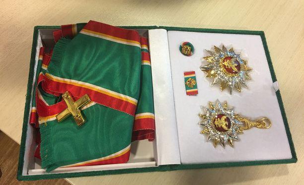 Suomalaissukeltaja Mikko Paasi sai Thaimaan kuninkaan myöntämän 1. luokan suurristin pelastusoperaatioon osallistumisestaan.