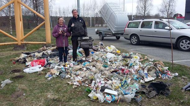 Kaija (vas.) ja Ilkka Erkkilä ovat keränneet roskia jo viisi vuotta ja seitsemän kuukautta.