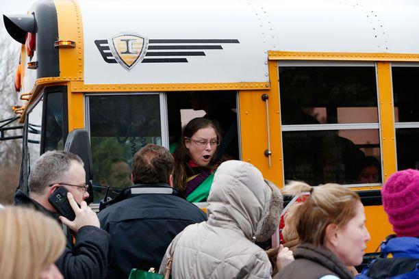 Vanhemmat hakivat lapsiaan pois koululta traagisen onnettomuuden jälkeen.