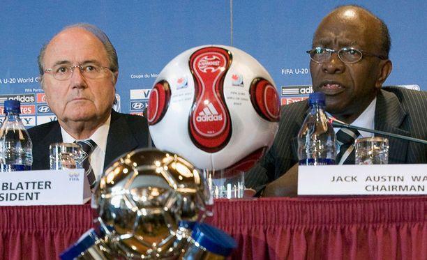Jack Warner (oikealla) on saanut jalkapallotoimiin elinikäisen kiellon. Myös Blatterin eroa on vaadittu, mutta Adidas ei ottanut niin suoraa kantaa.