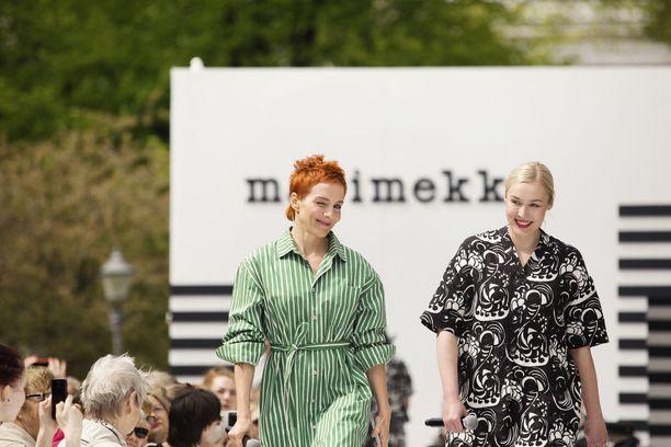 Tapahtuman juontanut Maria Veitola sekä Marimekon toimitusjohtaja Tiina Alahuhta-Kasko - tietenkin Marimekkoa yllään.