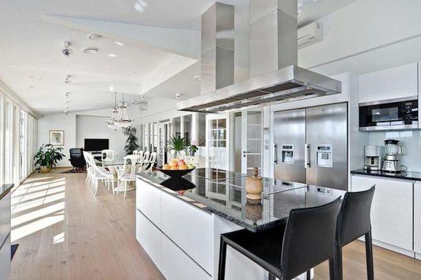 Keittiö, ruokailutila ja olohuone ovat yhtenäinen avonainen tila.