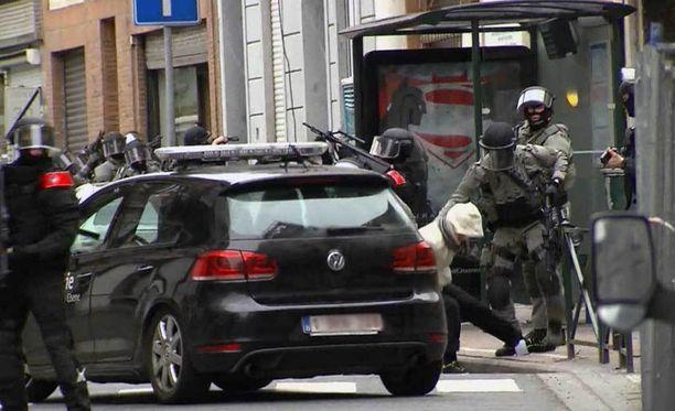Salah Abdeslam ehti pakoilla viranomaisia useiden kuukausien ajan. Kuvassa epäiltyä raahataan poliisiautoon.