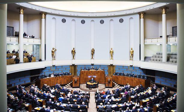 Kansalaisaloitteen ehdotuksena on poistaa kansanedustajien oikeus sopeutumiseläkkeeseen riippumatta siitä, milloin heidät on ensimmäistä kertaa valittu eduskuntaan.