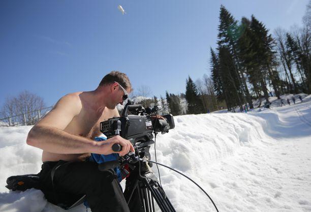 Kameramies työnsä ääressä ampumahiihtokilpailussa.