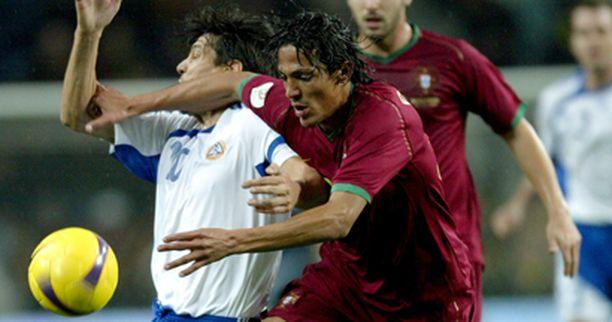 Jari Litmanen ja Bruno Alves taistelussa.