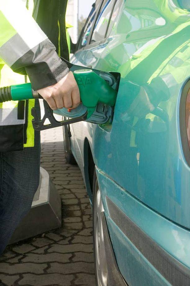 EI EROA Nykyisillä polttoaineen hinnoilla ei ole eroa, ajaako bensa- vai dieselautolla.
