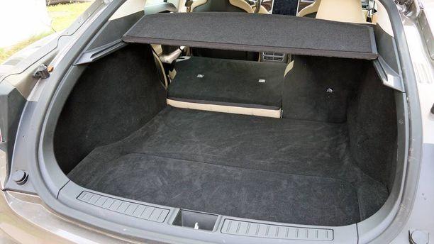 Tavaroille on hulppeasti tilaa sekä takana että etupellin alla.