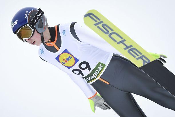 Mico Ahonen hyppää Suomen joukkueessa nuorten MM-kisoissa.