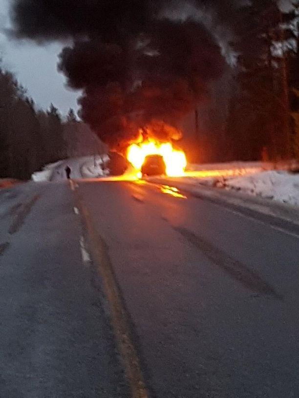 Heinolaan matkalla ollut farmarimallinen Mersu roihahti lauantaina iltapäivällä tuleen Heinola-Kouvola -tiellä.