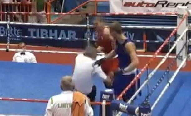 Vido Loncar (punainen asu) hyökkäsi tuomarin kimppuun ottelun jälkeen.