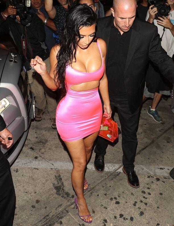 Kim kohautti viime viikolla pinkissä ja piukassa minimekossa.
