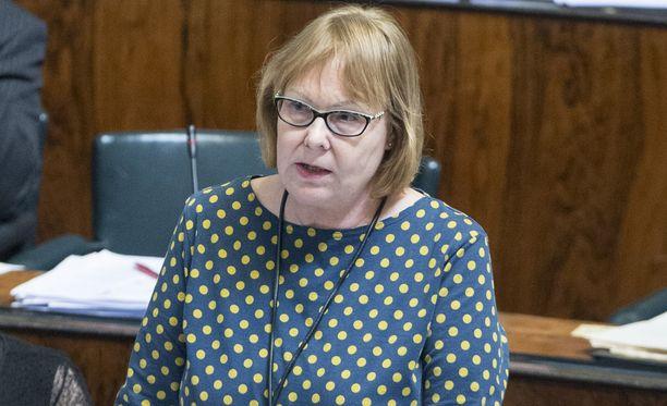 Perustuslakivaliokunnan puheenjohtaja Annika Lapintie jättäytyy pois eduskunnasta.
