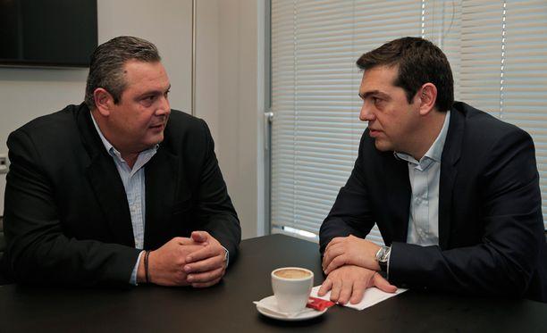 Alexis Tsipras (oikealla) ja ANEL-puolueen Panos Kammeno tapasivat aamulla.