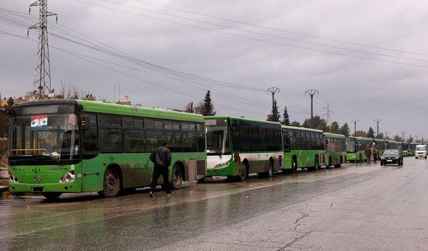 Bussit odottivat turhaan evakuoitavia.