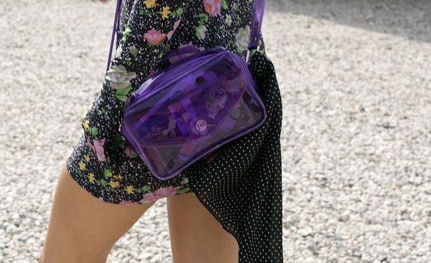 Kuvan laukku yhdistää kaksi trendiä: läpikuultavuuden sekä violetin värin.