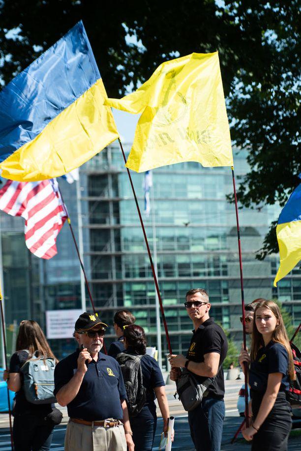 Ukrainalaiset mielenosoittajat kertoivat kannattavansa Yhdysvaltojen politiikkaa Venäjää vastaan. He toivovat Ukrainan vapautettavaksi Venäjän vallasta. Ukrainalaiset osoittivat mieltään Mannerheimintiellä maanantaina iltapäivällä.