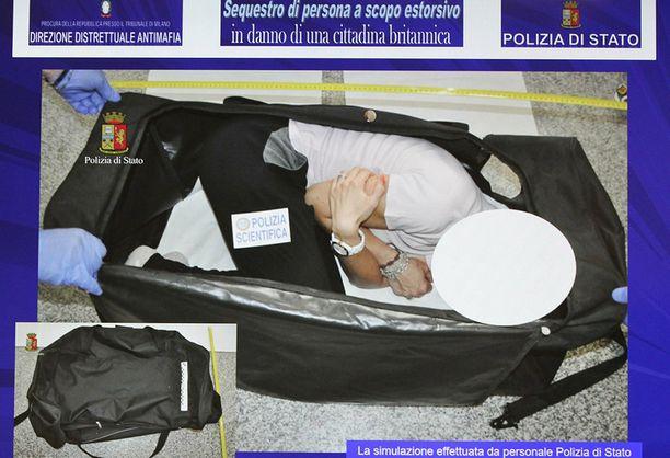 Italian poliisi rekonstruoi Aylingin kaappauksen. Tässä kassissa hänet väitetysti kuljetettiin huumattuna vankeuteen.
