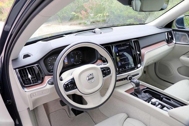 Ylemmän varustelutason ohjaamossa hehkuu nahka ja jalopuu ja laadukkuuden tuntu.