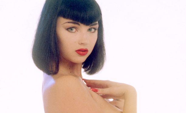 Kata Kärkkäisen tyyli Playboy-aikoihin oli tumma polkkatukka, vihreät piilolinssit ja punaiset huulet.