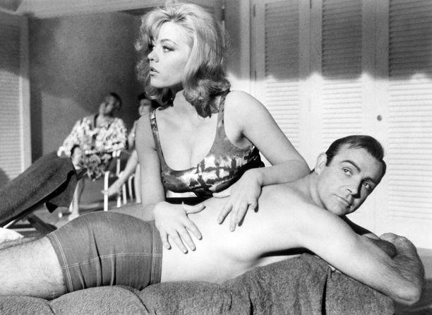 Margaret Nolan ja Sean Connery vuonna 1964 elokuvassa 007 ja Kultasormi.