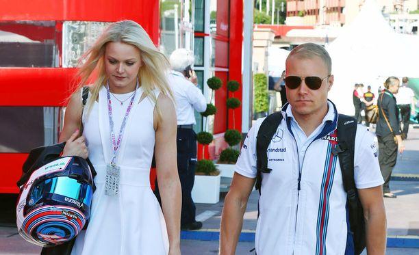 Emilia ja Valtteri Bottas kävelevät ensi kaudella Mercedeksen pilttuun luona.