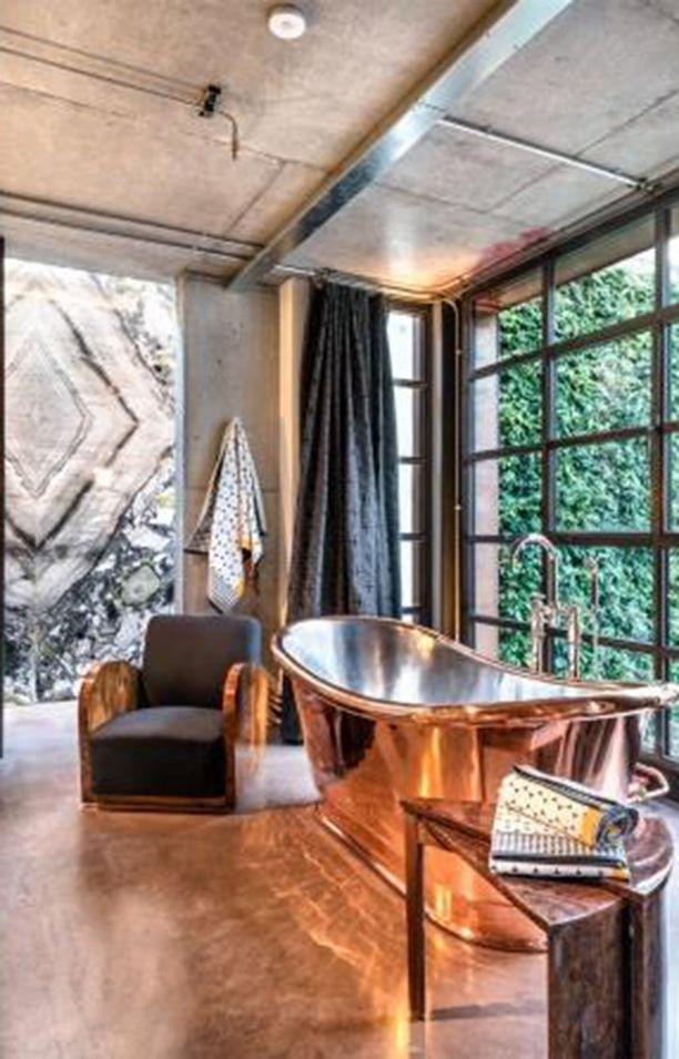 Päämakuuhuone on noin 200 neliötä, mukana on myös kiva kylpynurkkaus kuparisine ammeineen.