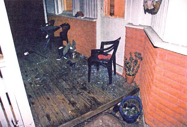SIRUT Ikkunan lasinsiruja oli lentänyt kauas terassille, mutta niitä oli runsaasti myös takkahuoneessa. Syyttäjän mukaan ulkona kauas lentäneet sirut kertovat siitä, että lasi on rikottu sisäpuolelta.