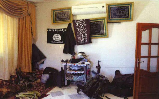 Poliisi takavarikoi syytteistä vapautetuilta miehiltä muun muassa valokuvia Syyriasta.
