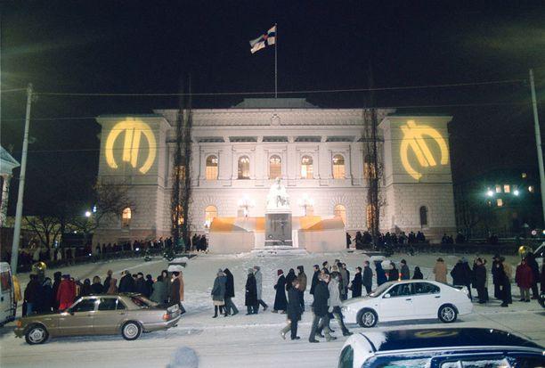 Suomalaiset jonottivat euroja Suomen pankin edustalla vuoden vaihteessa 2001–2002.