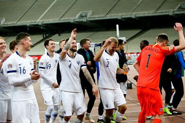 Suomen pelaajat juhlivat Ateenan yössä Kansojen liigan lohkovoittoa.