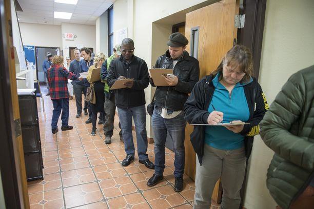 Amerikkalaiset jonottivat äänestämään tiistaina aamupäivällä Minnesotan Minneapolisissa.