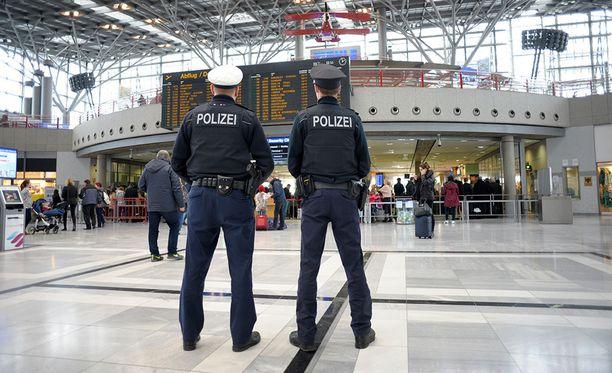 Poliisi kyttäsi lentokentillä näkyykö siellä koulupäivänä lapsiperheitä.