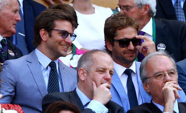 Bradley Cooper oli pukeutunut sävysävyyn näyttelijäkollega Butlerin kanssa.