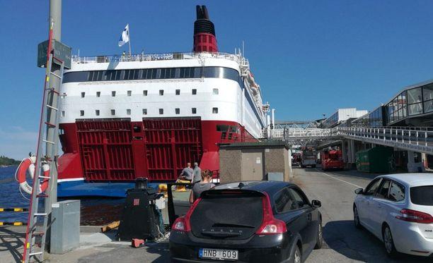 Iltalehden lukijan ottamassa kuvassa näkyy laivaan jonottavia autoja sekä pelastusajoneuvoja.