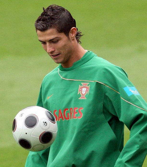 Cristiano Ronaldo otti torstaina EM-kisalämpöä Neuchatelissa Sveitsissä.